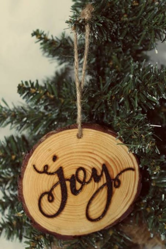 Rustic Round Ornament - easy craft ideas for Christmas decorations