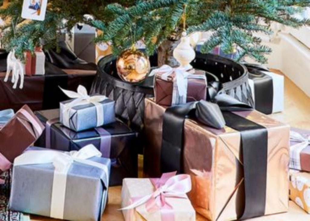 Organize a Gift Exchange - Best Ideas For Christmas Party Decorations