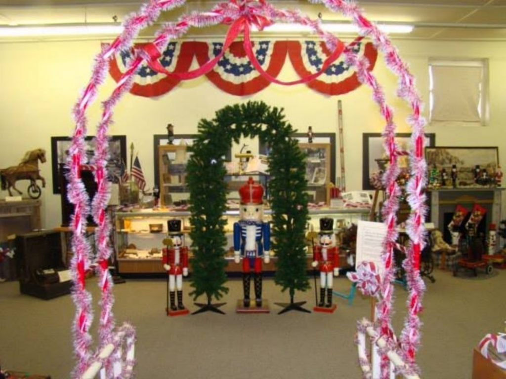 Decorative Archway - Best Christmas Decoration Ideas for Office with Images