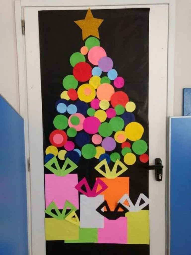 Door decorations - DIY Christmas Decorations For Your Classroom