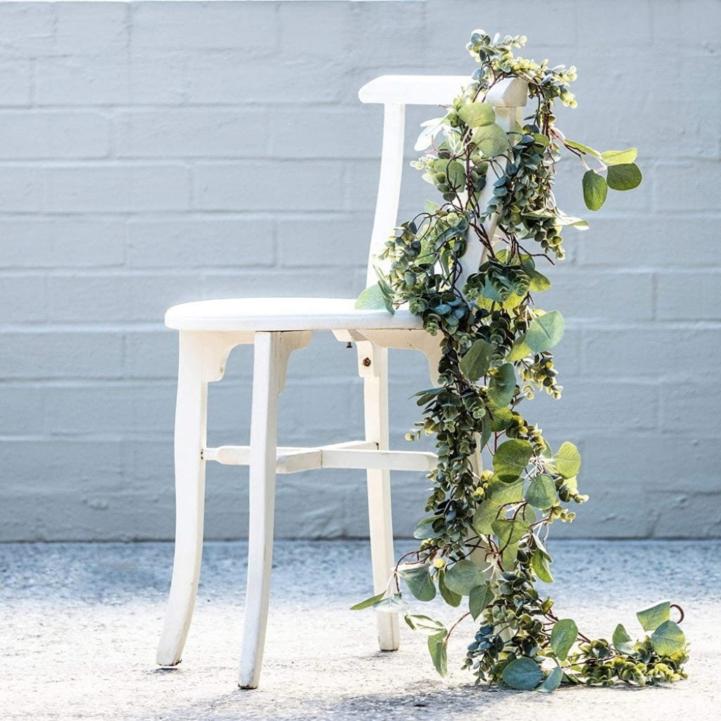 Fresh or artificial garland for mantels